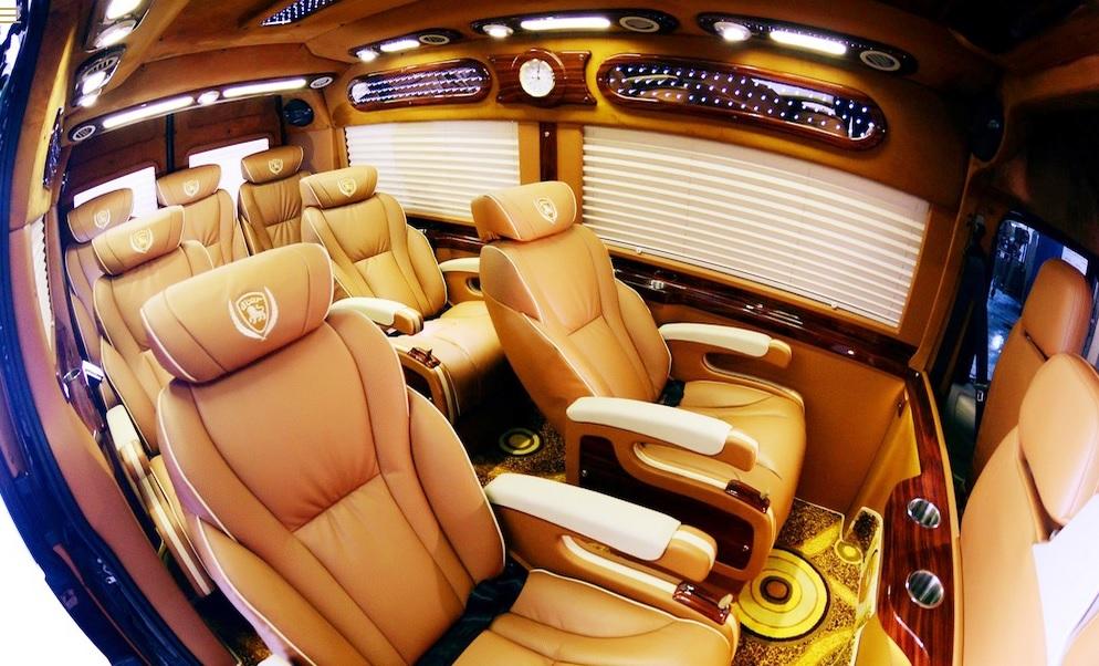 Xe Limousine đi Lào Cai - Xe loại 9 chỗ với ghế ngồi cao cấp, rộng rãi, tạo cho khách hàng không gian tuyệt vời nhất trong suốt chặng hành trình