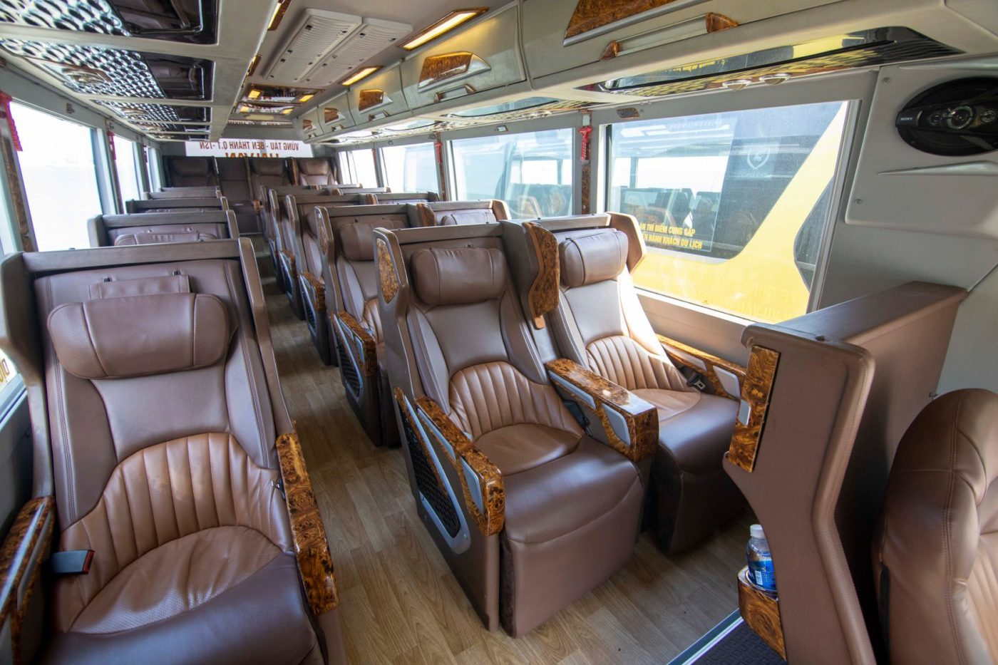 Hãng Xe Pumkin limousine 18 chỗ - Toàn bộ ghế ngồi bọc da cao cấp, không gian xe sang trọng
